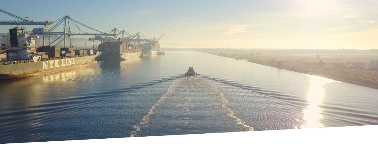 photo of tug boat in Port of Oakland